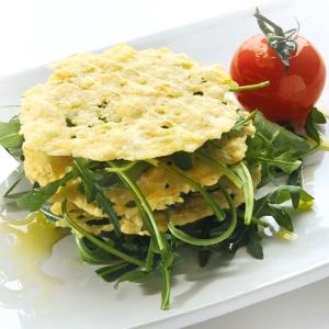 Fitness-Apps Parmesanchips mit Salat und Tomate