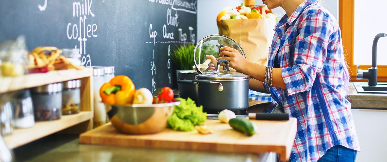 Kleine Küche Tipps Herd Frau Töpfe