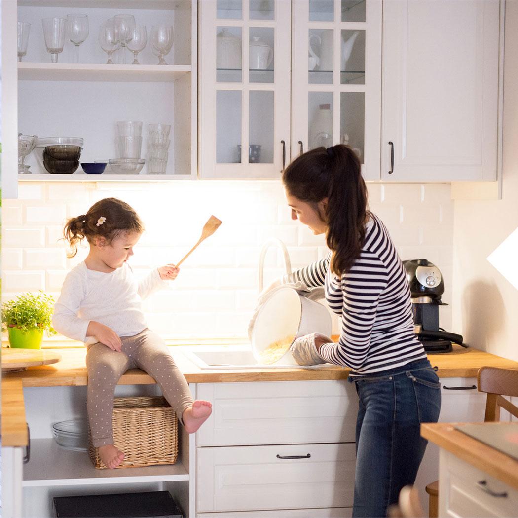 Kleine Küche tipps Frau Kind Herd