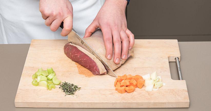 Rinderragout Fleisch schneiden Gemüse Brett
