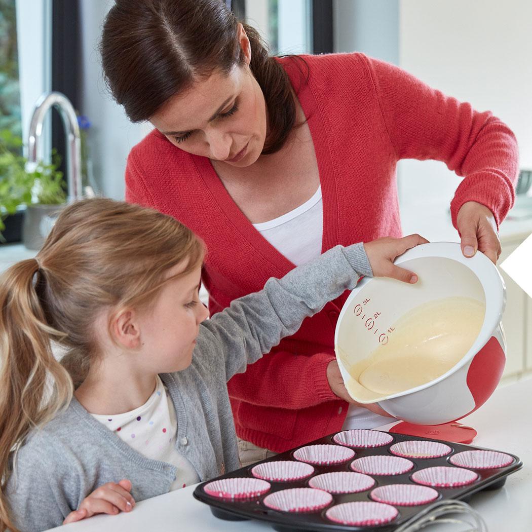 Backen mit Kindern Mutter Tochter Teig