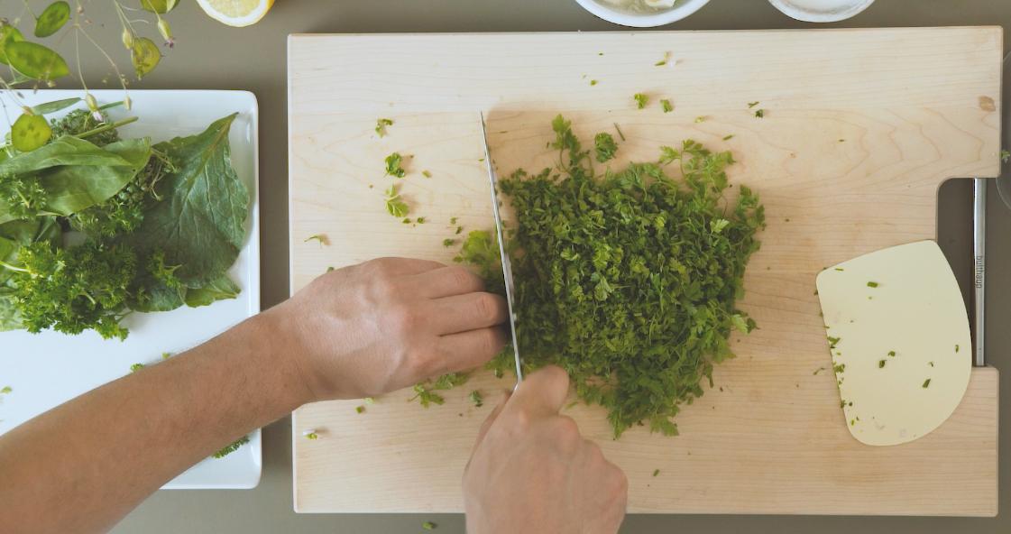 Grüne Sauce Zutaten schneiden