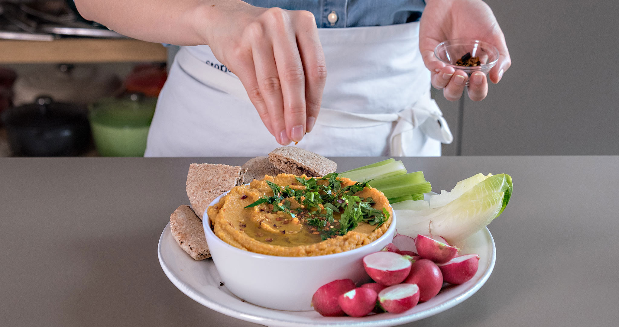 Karotten-Hummus-Dip Hummus-Rezept servieren