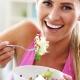Bikinifigur Frau isst Salat