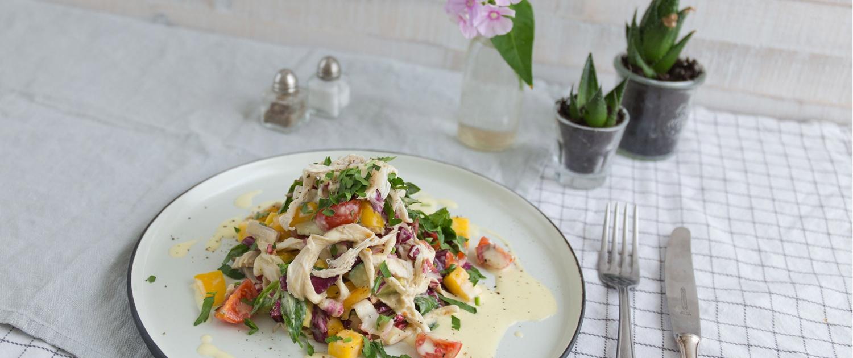 Hähnchensalat mit Mango Joghurt Dressing Besteck Tisch