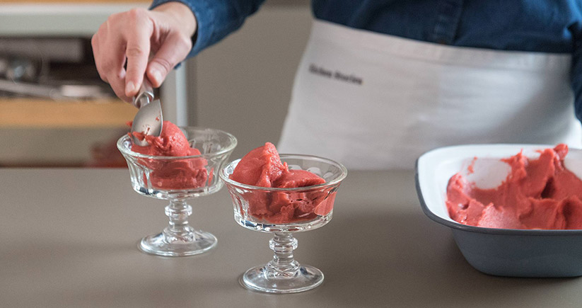 Wassereis Erdbeersorbet anrichten