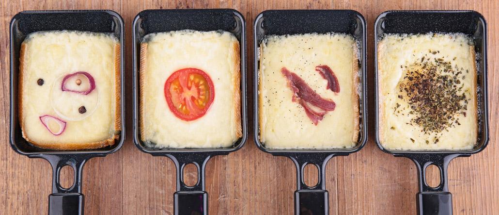 Raclette Käse in Pfannen