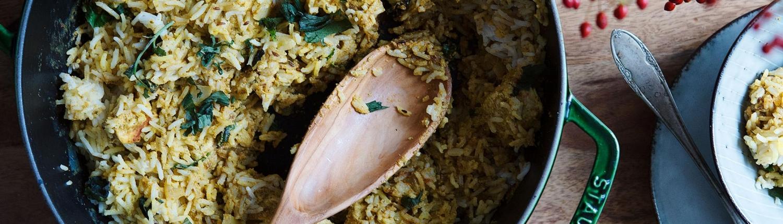 Feines Hähnchen-Curry mit aromatischem Reis und Safranmilch
