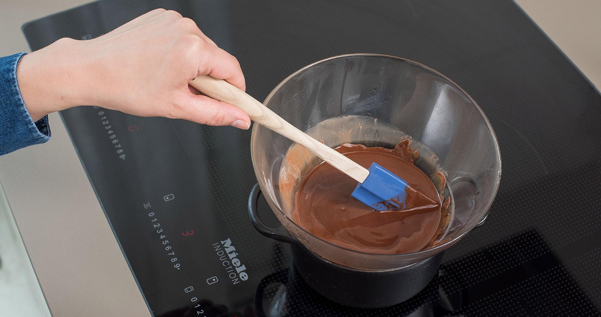 Rotweinkuchen Schokolade rühren